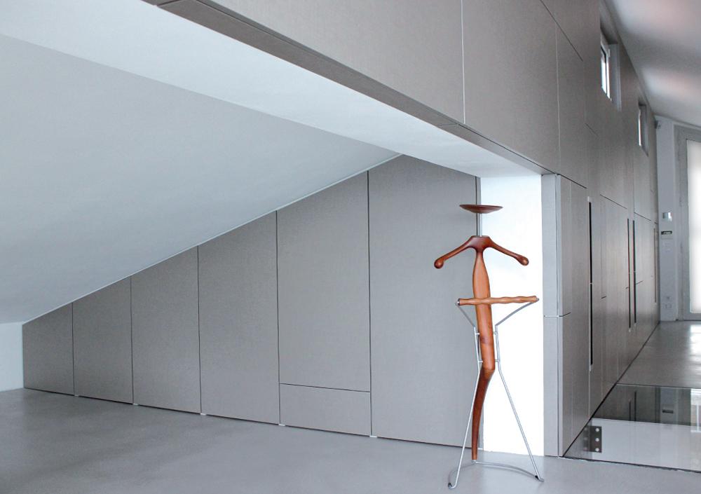 """Qui il """"su misura"""" si fa in due: un elegante armadio ponte fa da ingresso a un vano con armadio realizzato nel sottotetto: le porte, naturalmente, sono battenti."""