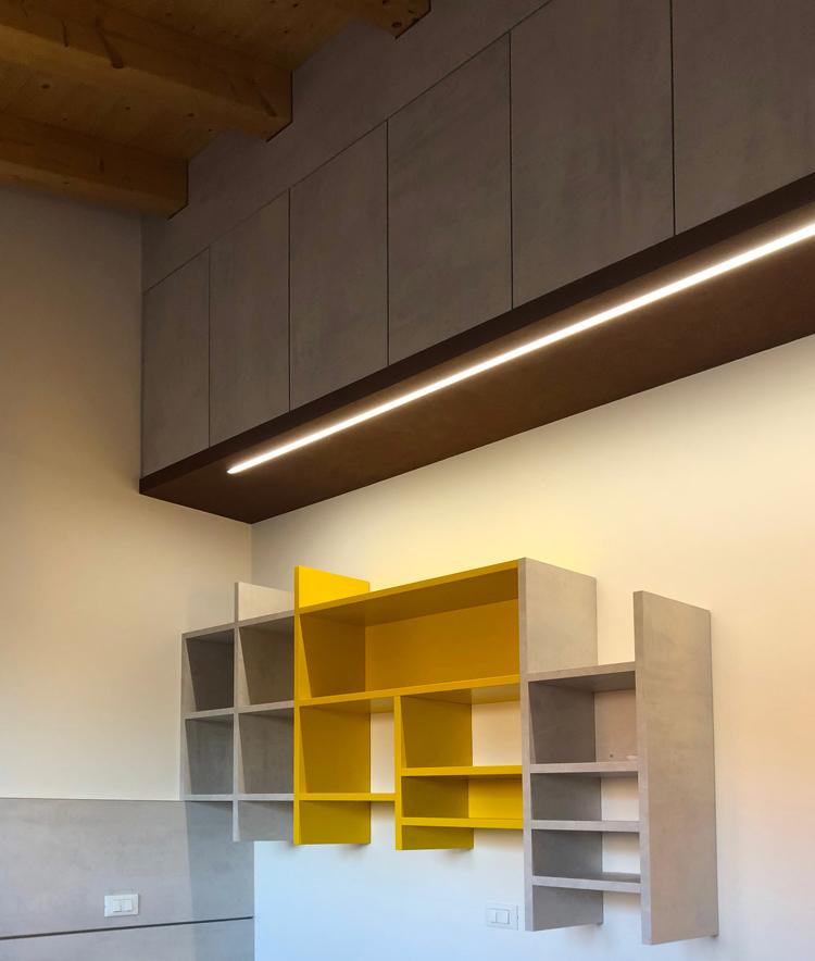 Anche luce e colore possono connotare in modo inconfondibile una soluzione arredo su misura.