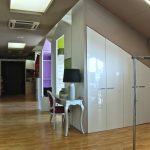 Lo Showroom TUA propone e valorizza la varietà tecnico-estetica delle soluzioni arredo su misura: qui un classico armadio in sottotetto, con un